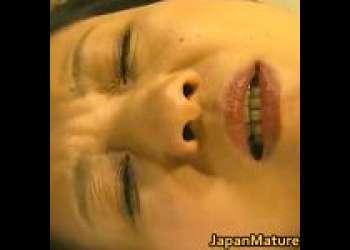 【大沢萌】五十路の美熟女、煩悩丸出しのスケベ坊主に抱かれる!未亡人の口マンコに太い肉棒が含まれる!