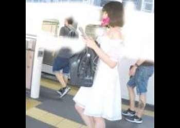【逆さ撮り盗撮】超かわいい女の子!白いワンピースに透け透け白パンツ!生理用ナプキンが見えます!あぁエロい!