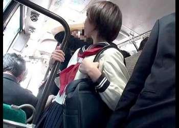 ショートヘアのロリ美少女女子校生が痴漢に抵抗できず若いワレメを弄られて身悶えながら耐える
