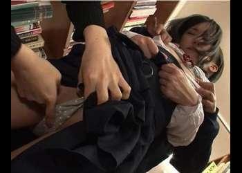 黒髪ロリ美少女が強姦魔に襲われて怯えて抗えずに犯され続ける
