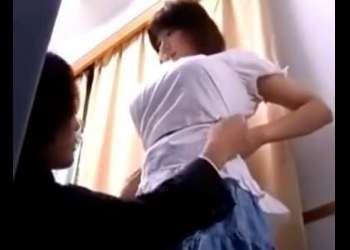 発育良すぎ!ww試着室で中○生の制服採寸でロリ巨乳少女に変態店員が猥褻行為!