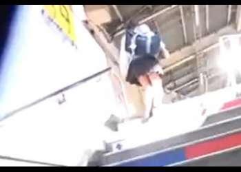 駅で見つけたロリ美少女と同じ車両に乗り込み勃起チンポを擦りつけてぶっかけ!