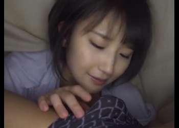 【積極的】寝ていたら友達の美人カノジョが布団の中に潜り込んでキスしてきたらチンポは爆発的に元気なのでナイショでセックスwww