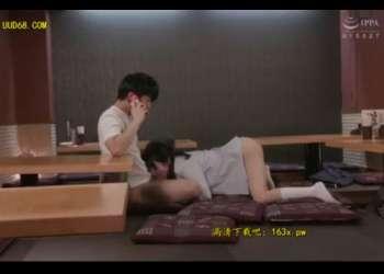 【無防備だな】学生服のめちゃカワちゃんがアソコ丸出しで寝てたらアソコ弄ってチンポしゃぶらせデカケツ堪能して杭打ち突きだwww