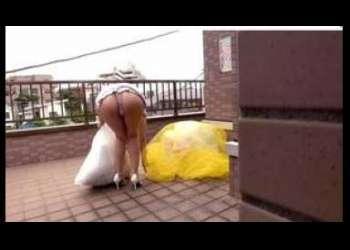 <我慢できず>ミニスカ‐ト姿の近所の若妻がパンチラでごみ捨て→デカパイに吸い付く→指マンで潮吹く→乳擦り→正常位