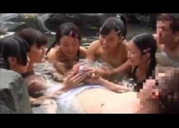 <ロリ少女個人撮影>『温泉で幼女たちとハ―レム交尾ってコーフン』マジでエッチはじめてなんじゃ...ヴァ―ジンっぽいの最高