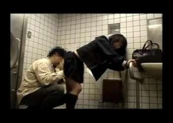 【援交JK】多目的トイレでパパ活して痴女ってる激エロJKアンジャッシュ渡部もびっくり