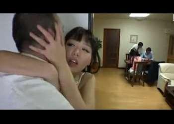 【浜崎真緒】お義父さん、やめて!声出しますよ!家族がいても嫁を襲う義父!家族に隠れてヤリまくる義父と嫁!