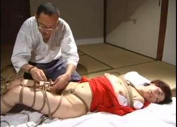 【翔田千里】どうだ・・気持ちいいか?鞭の音が痛々しく響き渡る・・緊縛師から縄で縛られ、鞭打ちされて絶叫