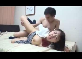 【隠し撮り・女子高生】ヤリ部屋で彼氏とエッチ!風俗嬢のような腰振りセックス・・暴発中出しされて、ベソをかいてます