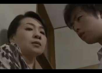 【大沢萌】自宅での不倫が義息子にバレた義母!義息子に脅迫されて・・仕方なく股を開いてハメさせる母!