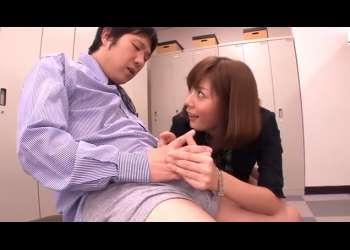 【麻美ゆま】ノーパン開脚で男社員を挑発!女上司は淫乱痴女・・こんなに勃起しちゃって、フェラと手コキで精液抜き取る女上司