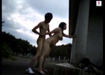 【個人撮影・青姦カップル】立ちバックで激しいピストン!通行人が来て、慌てて中断するシーンはエロい!