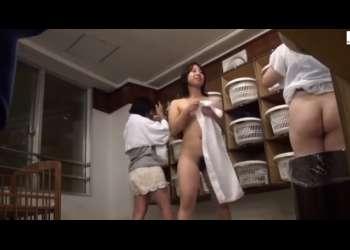 【盗撮・銭湯女脱衣所】女性盗撮師だからここまで撮れた?美女たちをターゲットに・・マン毛や乳房を鮮明にカメラに収めてます