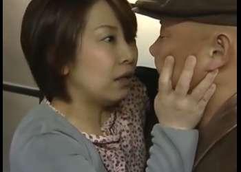 【愛川咲樹】ちょっと待って・・娘がいるから追い出すわ!自宅に男たちを招き入れて情事に夢中の母!