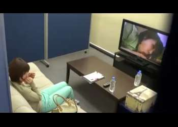 【人妻のAV鑑賞】ナンパした人妻にAVを鑑賞させてみた!興奮してオナニー中を襲って即ハメ撮影!