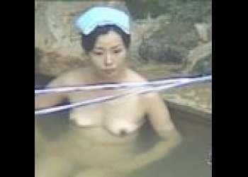 【盗撮・女露天風呂】金髪おばさんもいました!入浴から洗体シーンまで・・美しい乳房と恥部をご覧ください!
