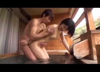 【白咲碧】温泉宿で、朝からムラッとしたカップル!朝の露天風呂で彼女のオマンコに朝の一番搾りを流し込む彼氏