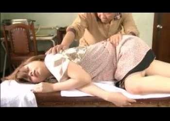 !すきなの…エロドラマ:マッサージ!美人妻が観られるの…義父と嫁の超絶H動画…脱がさないくつしたx色っぽい熟女