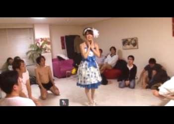 コスプレ美少女がおっさん数人とぶっかけ乱交パーティ!何発も顔に浴びてドロドロに!