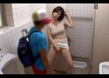[森ななこ]『お仕置きよ♡いらっしゃい♡』ショタを捕まえオナニーを見せつけ放尿!ノーブラ巨乳先生は少年に卑猥な事を教える!