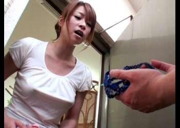 [眞木あずさ]『気に入ってたんです♡』欲求不満の若妻はわざと隣のベランダにパンティを落とす!渡しに行くと誘って来た!