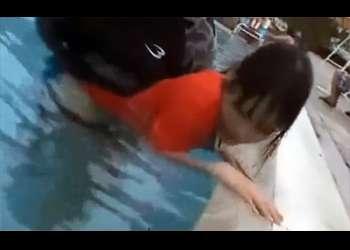 [レイプ]プール監視員は水中手マンでイカされる!水着を持っていかれプールを脱出するが犯される!