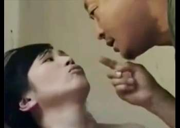 [ヘンリー塚本]『オションはしたか?』トイレを覗きこみいきなりハメる男!激しく打ちつけヤッていると違う男が!
