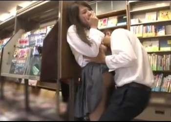 《女子校生本屋、中出しレイプ》本棚の角で男に痴漢されるJK。抵抗できないでいると、生チンポまでハメられおチンポミルクを膣内射精される