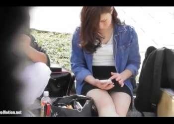 公園で無防備なお姉さん。スマホいじったり食事したりする最中、ばっちりパンチラ盗撮される。