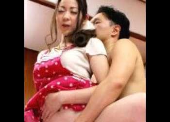 【AVデビュー/野本京香】エプロン姿の人妻が食卓で夫とH!肉棒を擦り付けられそのままズボッと挿入される!