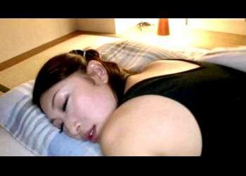 【お母さん】私のお尻、触りたかったの?寝てるエロ尻の母のお尻を触る息子!お互い興奮して生殖器を弄り母子相姦