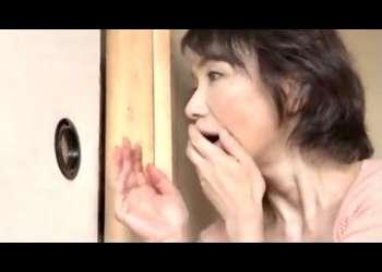 【内原美智子】誠司が、壁の向こうで♡初めて彼女を家に連れて来た息子の部屋を覗き見て、嫉妬する母親は女を教えようと逆夜這い