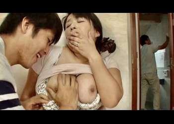 【折原ゆかり】夫にバレちゃうかも♡すぐ近くにお父さんがいるのに、息子に肉感ボディを弄られビンビンな肉棒で母子相姦