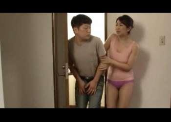 【お義母さん】ちょっと待って!下着でオナニーしてる娘婿と偶然居合わせて、気まずい中、デカチンを触ってシゴく妻の母親