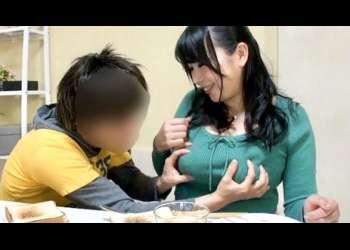 【ショタ】おばさ〜ん、おっぱい大きいよねぇ♡性の意識が芽生えだした2人の男の子!預かってくれてる間に生ハメ性交