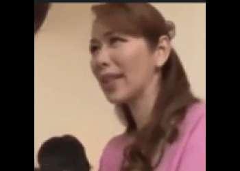 【翔田千里】美人熟女が息子に勉強を教えに来た先生を大胆誘惑してしまう・・・