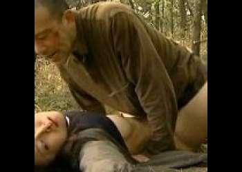 【野外レイプ】山でオシッコしているところを見られ強姦!めちゃくちゃにされ無残な姿て捨てられる