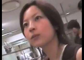 《胸チラ動画》乳首がチラリと見えてる美人店員さんを隠し撮り盗撮