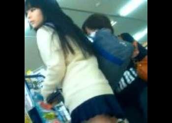 《パンチラ動画》スカートが短すぎな制服美少女を隠し撮り盗撮