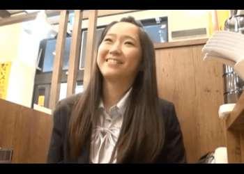 クラスで一番真面目で優等生のちっぱい女子校生が、内緒で援助交際していた動画が流出。パイパンマンコに親父のザーメンが注がれ。