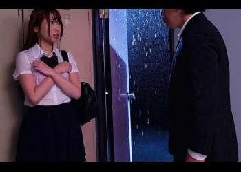 濡れた制服に興奮が抑えられない…潮吹きで痙攣イキしている女子校生に膣内射精の洗礼!!
