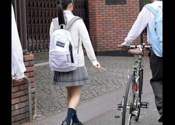 【女子校生】「ちゃんと見せて♡」一緒に通学してる学園イチめっかわJKに勃起チンコ見られてOKサイン♪エッチできる関係になれるなんて…!!
