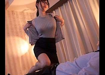 【痴女OL】「勃ってるわよ♡」泥酔するとSEXモンスターに豹変する地味メガネなエロ巨乳OL♪ベッドに押し倒され上から…♡