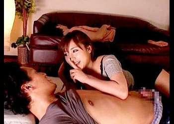 爆乳人妻が夫の横でバレないように他人棒をむさぼる!声をださないようにパイズリからの激ピストンで思わず喘ぎ声が漏れて中出し