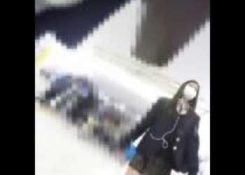 美人な女子校生だけを狙って追跡してゆき、制服スカートの中を悪意ある逆さ撮り
