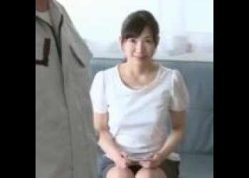 《欲求不満な団地の奥さま・べろちゅ~生ハメSEX》自ら管理人さんを誘惑してしまう人妻。