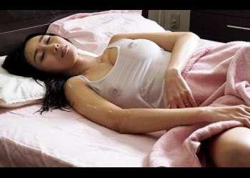 【JULIA】「ああぁ…カラダがアツいの…」Jカップ超巨乳の兄嫁が汗だくでベッドに!透けた乳首が欲しくて寝室でNTR