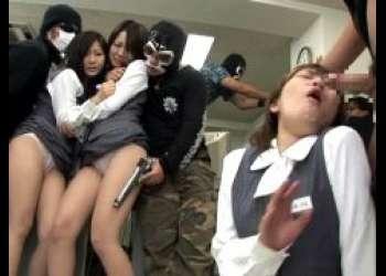 強盗が籠城した銀行で美人受付嬢達を次々に中出しレイプする動画