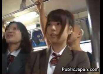 学校帰りの美少女JKが満員の通学バスで変態痴漢師に尻を撫で回されるwww